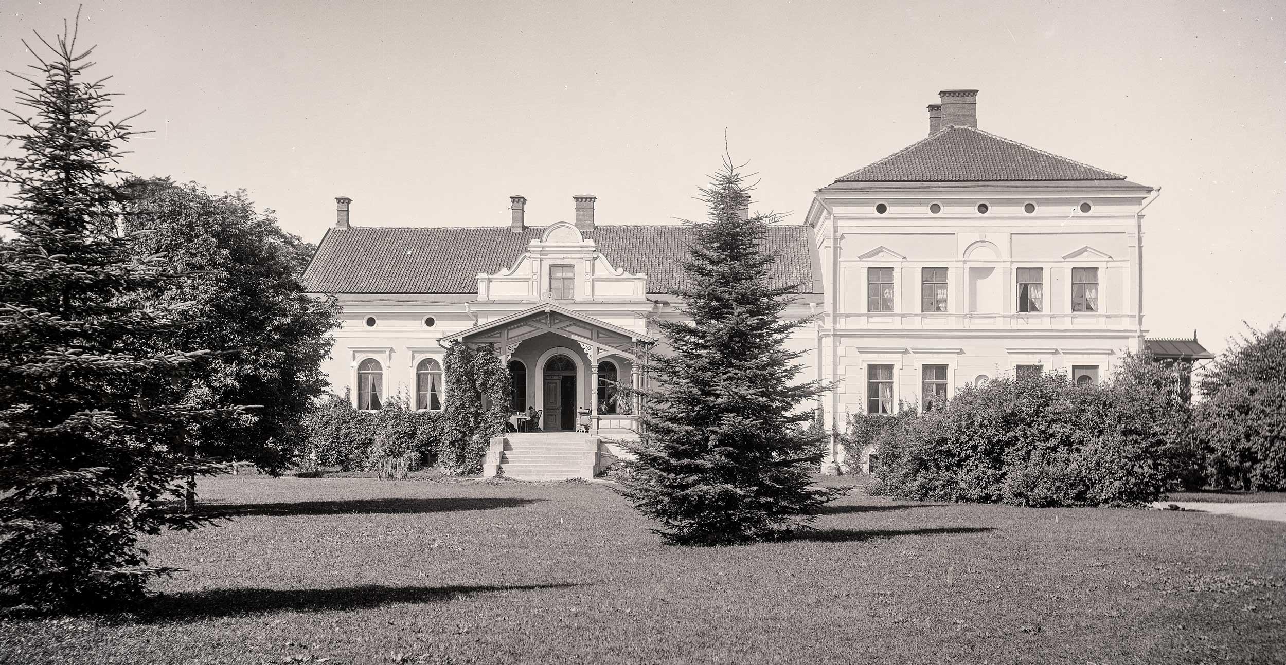 Viljandi mõisa kuni aastani 1907 juhtinud parun Oswald von Ungern-Sternberg hoolitses selle eest, et kauni lossi ümber oleks küllaldaselt rohelust