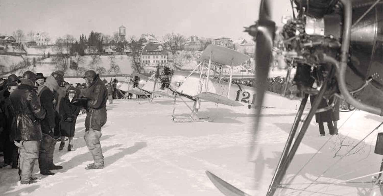 Lennunduse populariseerimise aktsioonist osa võtnud lennukid ja lendurid Viljandi järve jääl
